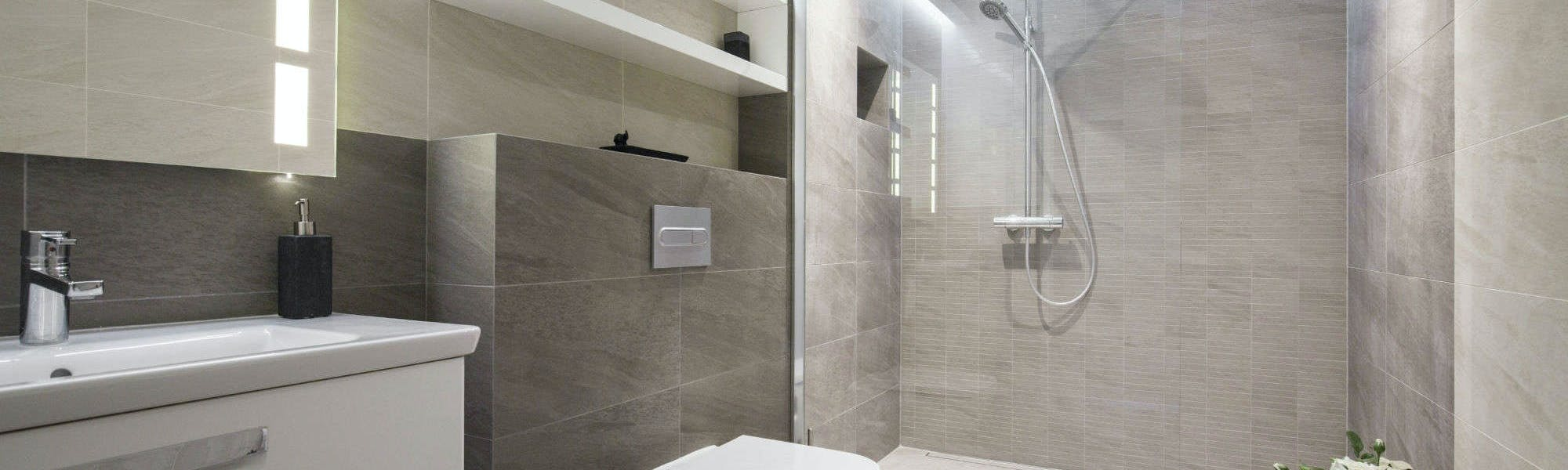 Natural in appearance, both ceramic and porcelain, bathroom tiles lend themselves perfectly to creating a modern, clean and luxurious look and feel.