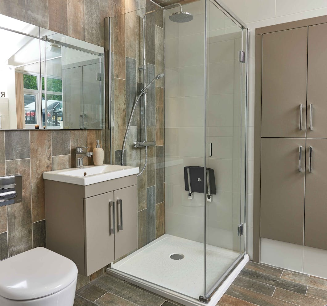Shower with independence, in comfort and in safety with an easy access shower room solution.
